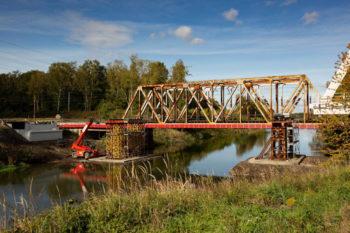Nasunęliśmy nowe przęsła mostu kolejowego nad Kanałem Kędzierzyńskim