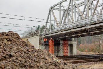 Obrazek: wiadukt z pomarańczowymi rusztowaniami pod nim