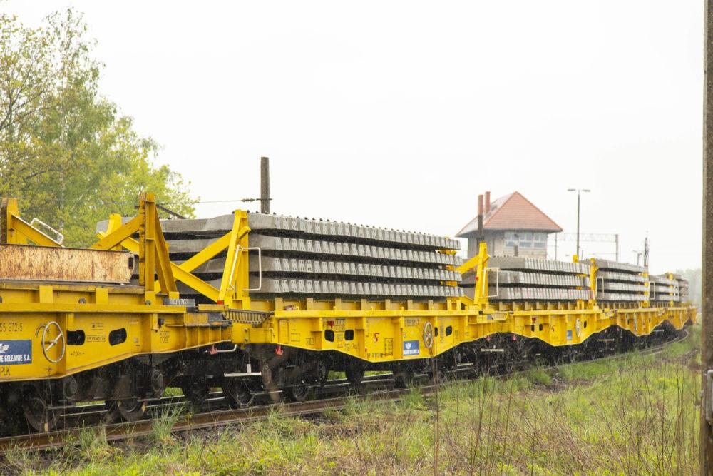 Obrazek: wagon z podkładami kolejowymi