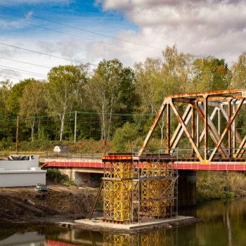 Zdjęcie: tymczasowa podpora na moście na Kanale Kędzierzyńskim.