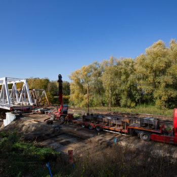 Zdjęcie: widok na nowe przęsło na Kanale Kędzierzyńskim podczas nasuwania. Widok z daleka.