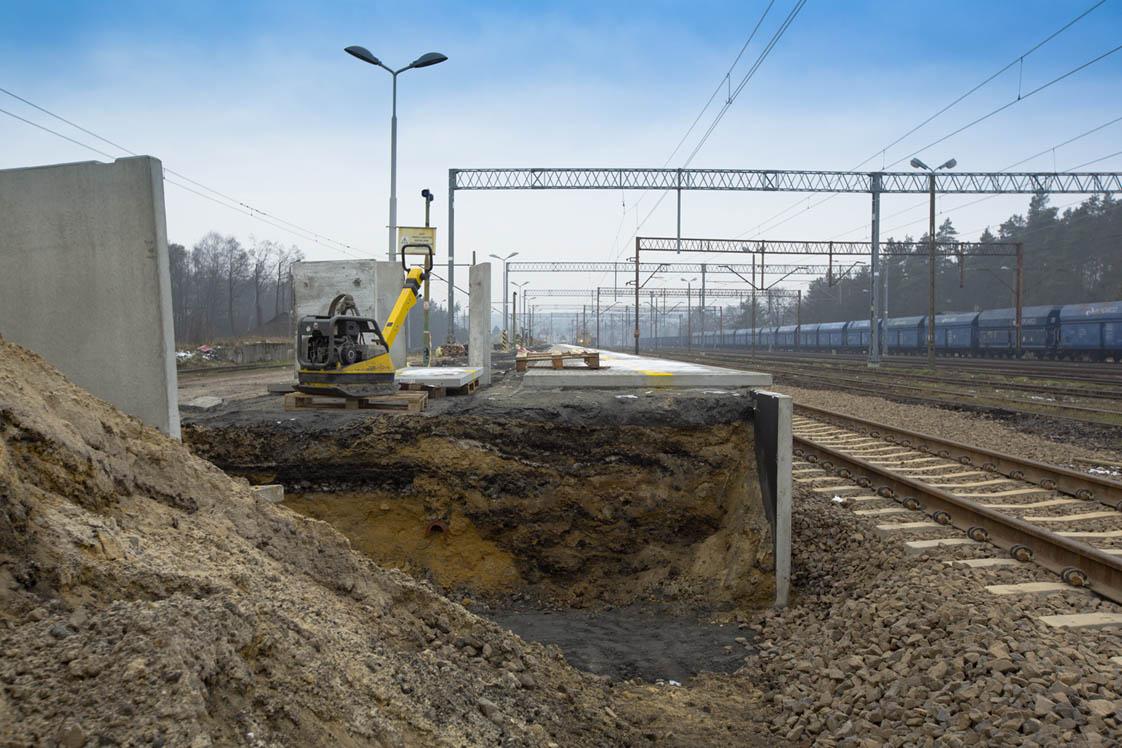 Obrazek: peron kolejowy w trakcie budowy