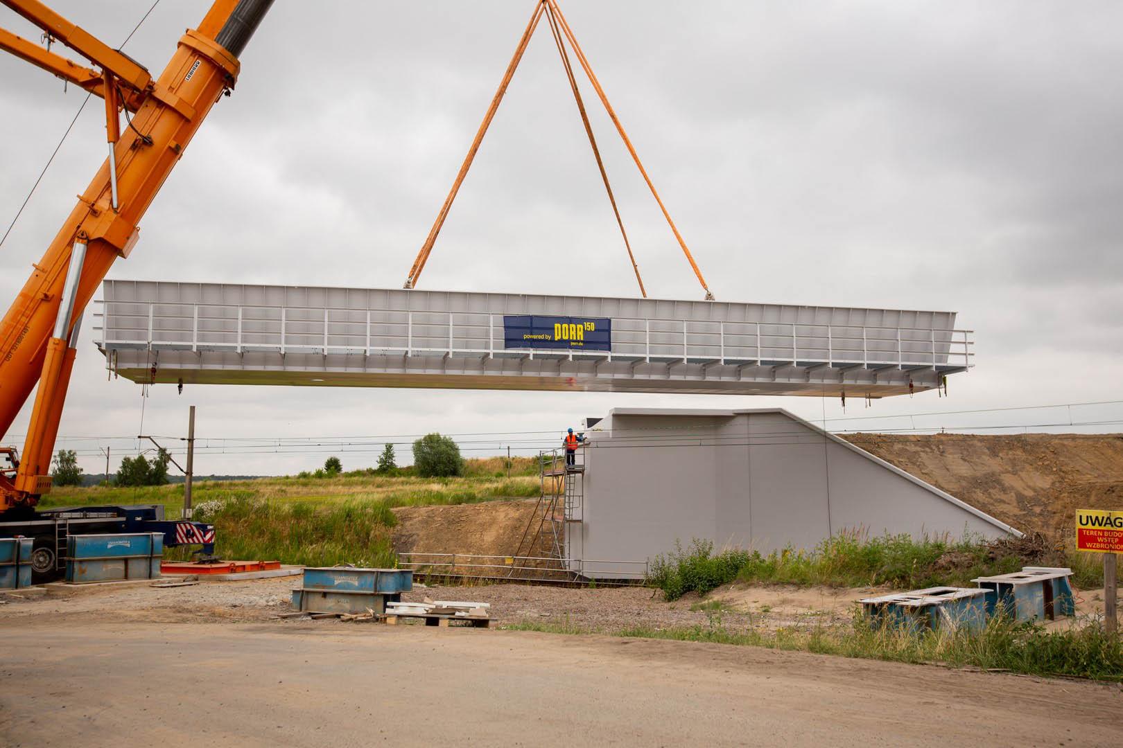 Obrazek: wiadukt w Toszku zawieszony na dźwigu.