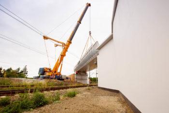 Obrazek: dźwig przy wiadukcie w Toszku