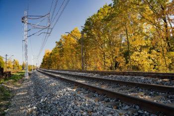 Obrazek: torowisko, w tle jesienna natura