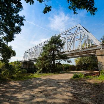 Zdjęcie: wyremontowany biały most nad Kanałem Gliwickim.