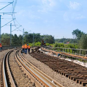 Zdjęcie: robotnicy pracują na gurze mostu Zamysłowskiego.