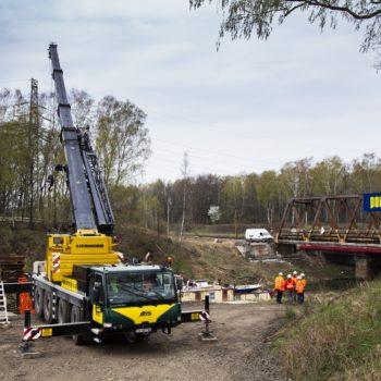 Zdjęcie: dźwig budowlany podczas pracy na Kanale Kędzierzyńskim.