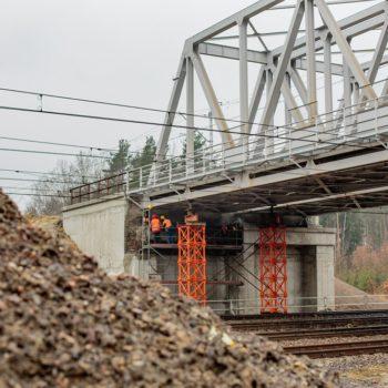 Zdjęcie: pomarańczowe kolumny podtrzymują wiadukt w Paczynie podczas podnoszenia.