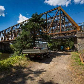 Zdjęcie: Most nad Kanałem Gliwickim - stary zardzewiały, zniszczony.