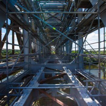 Zdjęcie: Rusztowanie ustawione w środku mostu nad Kanałem Gliwickim.