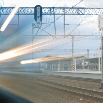 Zdjęcie: rozmyty pociąg na torach.