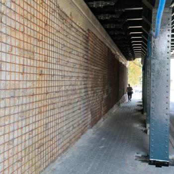 Zdjęcie: zbliżenie na ściane na wiadukcie nad Chwałowicką.