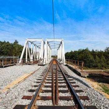 Zdjęcie: letni widok na w połowie wyremontowany wiadukt w Paczynie.
