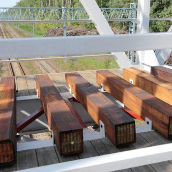 Zdjęcie: detal drewnianych podkładów kolejowych na wiadukcie w Paczynie.