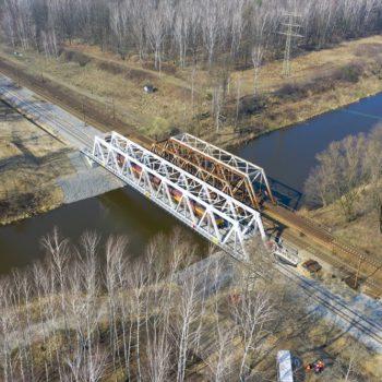 Zdjęcie: nowe przęsło kolejowe na Kanale Gliwickim. Widok z powietrza.