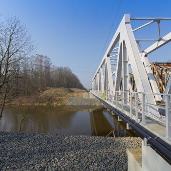 Zdjęcie: nowe przęsło kolejowe na Kanale Gliwickim. Widok z ziemi.