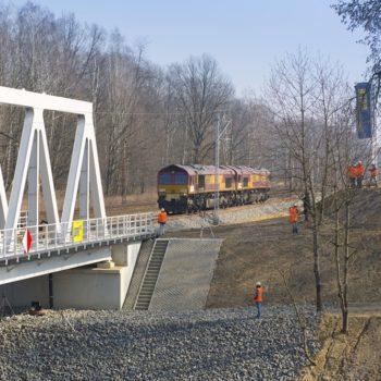 Zdjęcie: pociąg wjeżdża na wyremontowany most na Kanale Gliwickim.