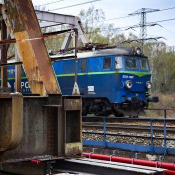 Zdjęcie: pociąg jadący po moście na Kanale Kędzierzyńskim.