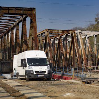 Zdjęcie: biała furgonetka, z tyłu most na Kanale Kędzierzyńskim.