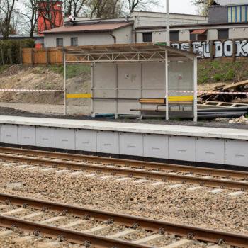 Zdjęcie: nowa wiata na przystanku kolejowym.