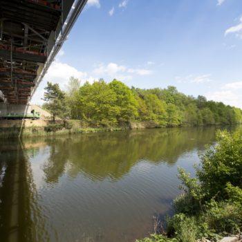 Zdjęcie: letni widok na Most na Kanale Gliwickim. Widok od dołu przęsła.