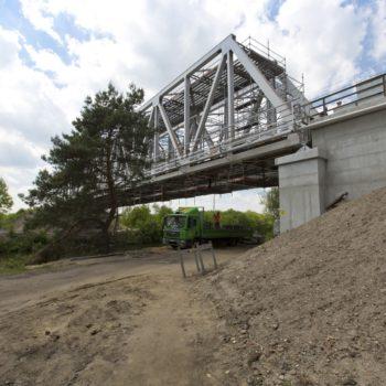 Zdjęcie: letni widok na Most na Kanale Gliwickim. Widok z dołu.