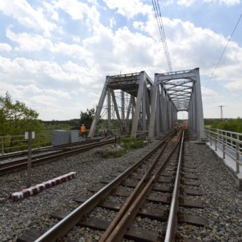 Zdjęcie: letni widok na Most na Kanale Gliwickim wraz z torowiskiem.
