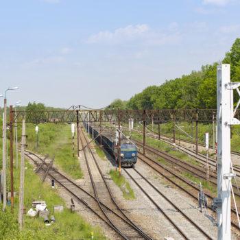 Zdjęcie: widok z góry na niebieski pociąg towarowy w Toszku.