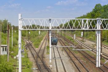 Obrazek: widok z góry na pociąg poruszający się po wyremontowanych torach.