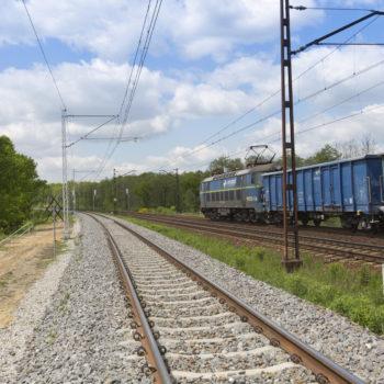 Zdjęcie: nowe torowisko w Rudzińcu Gliwickim. W tle niebieski pociąg.
