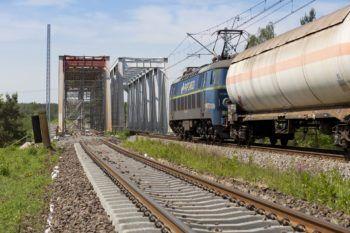 Zdjęcie: Most na Kanale Kędzierzyńskim na który wjeżdża rozmyty pociąg cysterna.