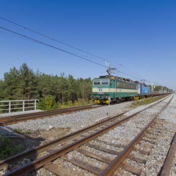 Zdjęcie: pociąg wjeżdża na Most na Kanale Gliwickim.