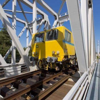 Zdjęcie: pociąg do modernizacji torowiska wjeżdża na Most na Kanale Gliwickim.