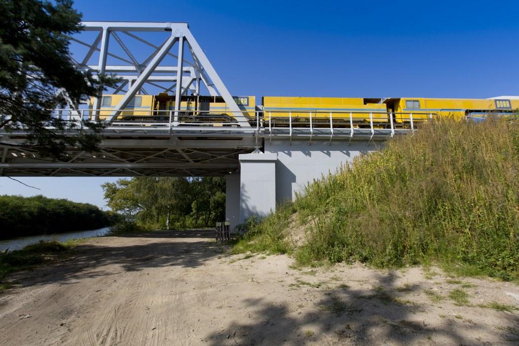 Obrazek: pociąg jedzie na moście nad Kanałem Gliwickim.