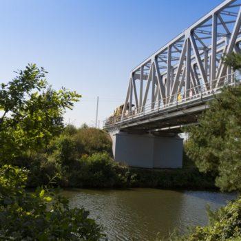 Zdjęcie: widok z ziemi na wyremontowany Most na Kanale Gliwickim.