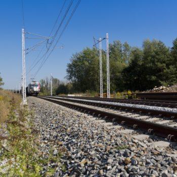 Zdjęcie: nowe torowisko, w tle widać nadjeżdżający pociąg.