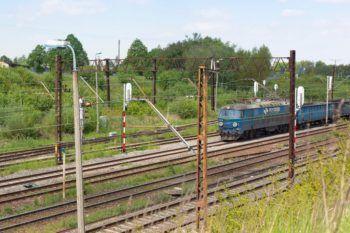 Obrazek: pociąg porusza się po nowym torowisku.