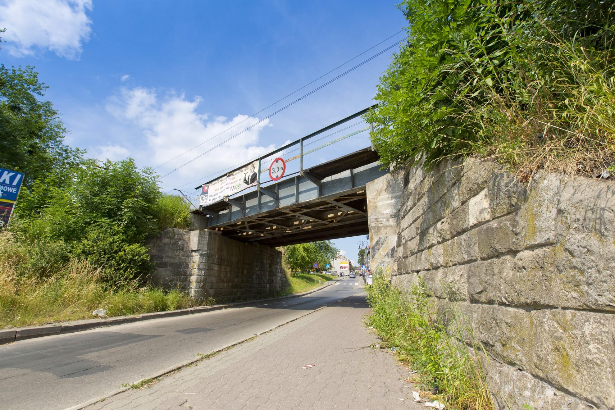 Zdjęcie: widok z dołu na wiadukt nad ulicą Krakowską w Chrzanowie.