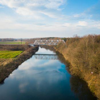 Zdjęcie z lotu ptaka: pociąg zbliża się do mostu nad Kanałem Gliwickim.