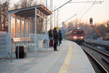 Zdjęcie: pociąg wjeżdża na nowy peron. Pasażerowie czekają.