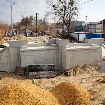 Zdjęcie: betonowa konstrukcja wzmocnienia wiaduktu.
