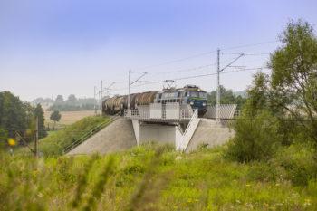Zdjęcie: pociąg jedzie przez nowy wiadukt.