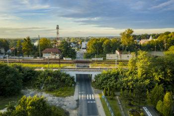 Zdjęcie: widok z powietrza a odnowiony wiadukt kolejowo-drogowy.