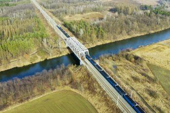 Zdjęcie: widok z powietrza na most kolejowy.