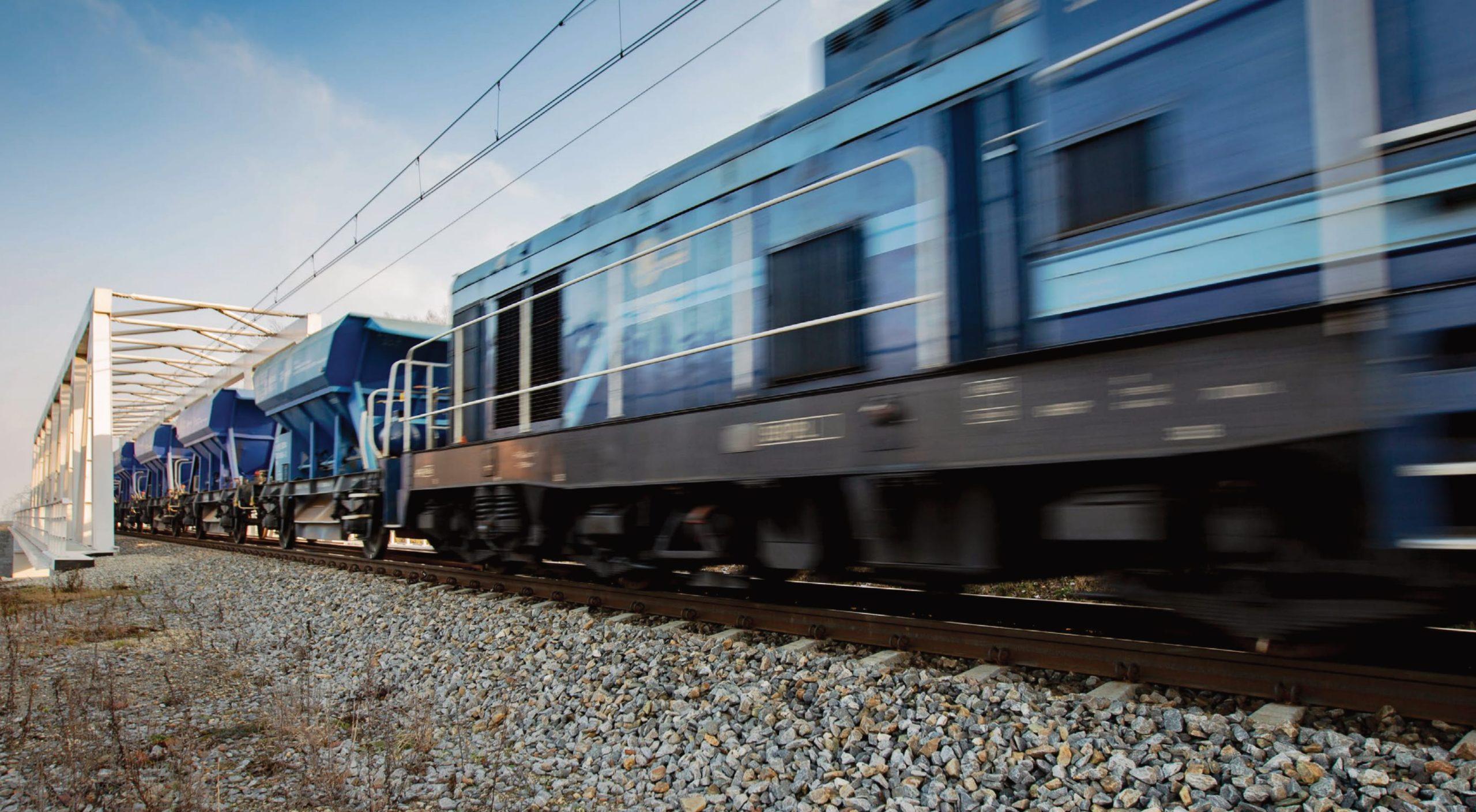 Zdjęcie: rozpędzony pociąg wjeżdża na nowy most kolejowy.