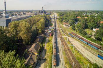 Zdjęcie: widok na pociąg poruszajacy się po nowym torowisku w okolicach stacji Bytom Bobrek.