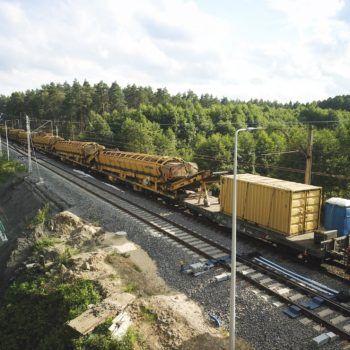 Zdjęcie: widać żółty pociąg do potokowej wymiany nawierzchni