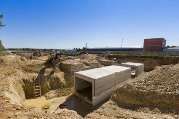Zdjęcie: Widok na konstrukcje przyszłego przejścia podziemnego.